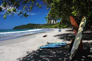 There are surf schools in Manuel Antonio and it is possible to rent beginner surfboards and longboards.