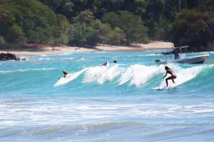 There are swimmers, bodyboarders and surfers at Playitas.