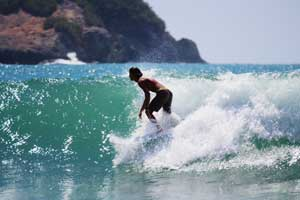 The lineup is a mix of locals, beginners and intermediate surfers.