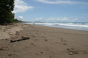 Playa Hermosa, a long beach break with many peaks.
