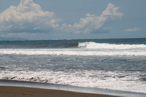At Playa Hermosa the waves break over a sandy seabed.